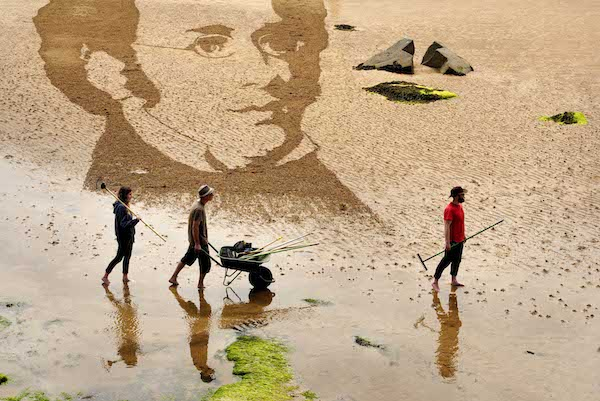 FREE PIC- Schubert Sand Drawing at East Neuk Fest 01