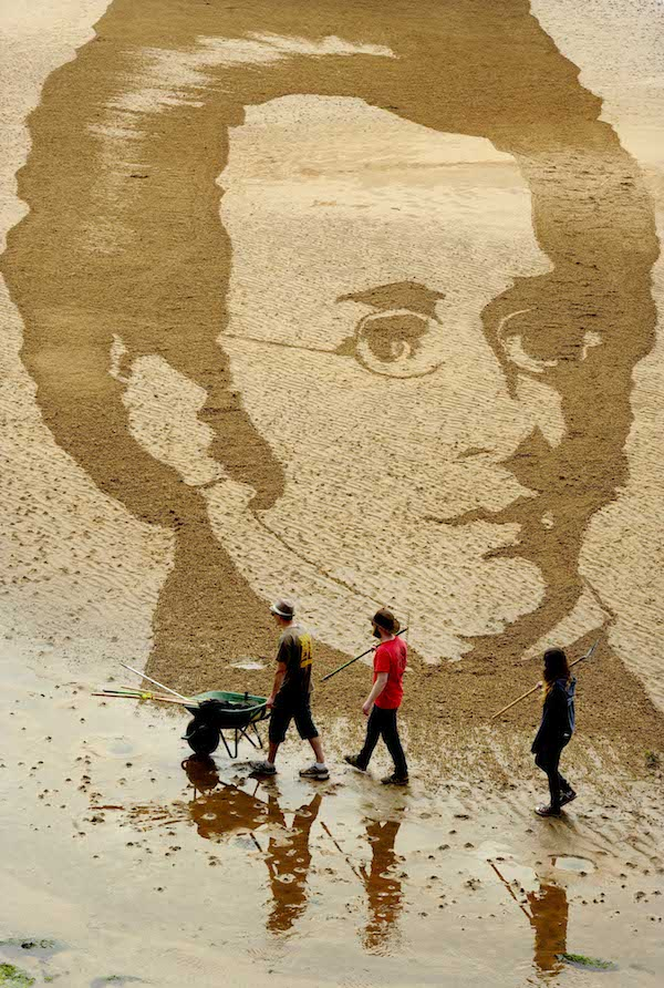 FREE PIC- Schubert Sand Drawing at East Neuk Fest 04